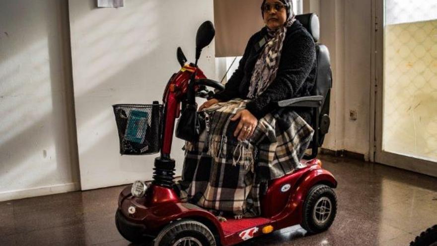 Fátima, en el vehículo a motor para discapacitados que pudo comprar con una colecta en la mezquita que frecuenta en Murcia