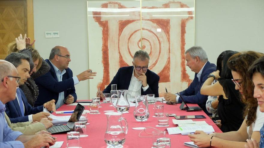 El presidente de Canarias lidera una reunión con representantes del Ejecutivo y de Delegación del Gobierno, así como Aena, Enaire y la Guardia Civil.