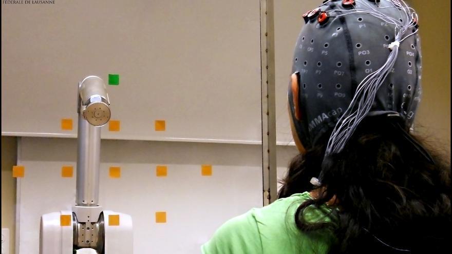 Junto con investigadores de la Universidad de Zaragoza, Millán ha desarrollado neuroprótesis que aprenden de los errores (Foto: Univ. de Zaragoza)