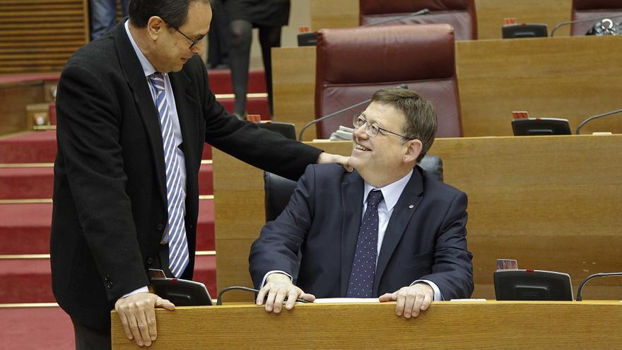 El conseller de Hacienda, Vicent Soler, conversa con el President Ximo Puig en las Corts.