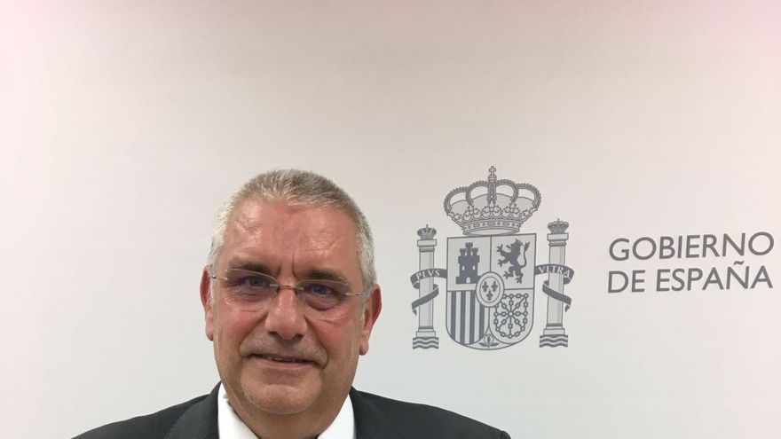 Leovigildo Guerra muestra la medalla que le han concedido.