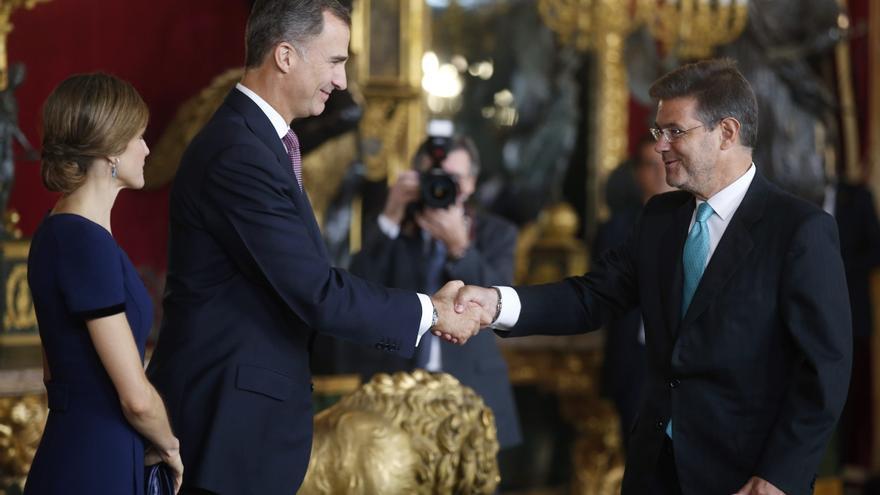 MADRID, 12/10/2015.- Los Reyes Felipe y Letizia saludan al ministro de Justicia, Rafael Catalá (d), al comienzo de la recepción que han ofrecido hoy en el Palacio Real a los representantes de las principales instituciones.