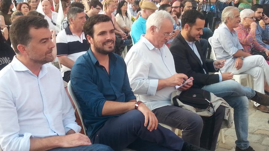 Cayo Lara, Antonio Maíllo y Alberto Garzón, en el cierre de campaña de Izquierda Unida en Sevilla. / Gerardo Tecé