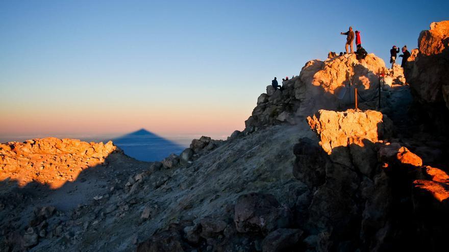 La sombra del Teide se proyecta en el horizonte durante el amanecer. VIAJAR AHORA