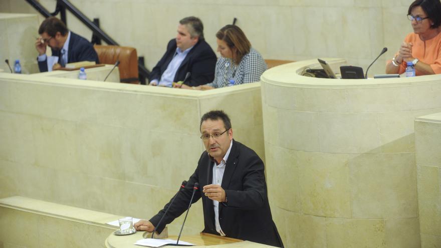 Juan Ramón Carrancio en la tribuna de oradores del Parlamento cántabro. | JOAQUÍN GÓMEZ SASTRE