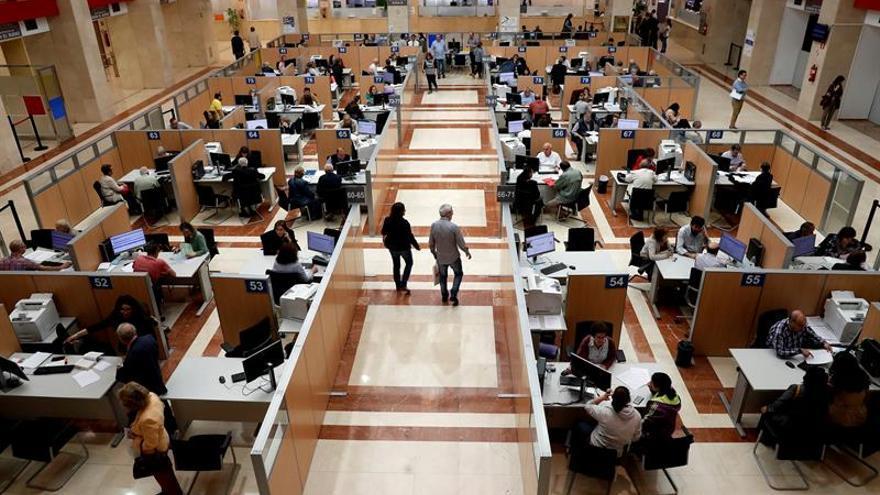 El número de empleados públicos sumó 30.000 en 2017, hasta 2,55 millones