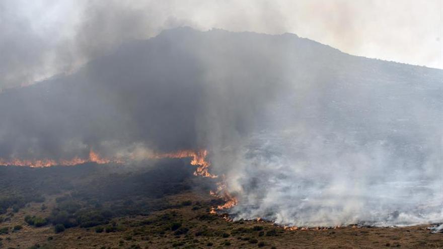 Avanza sin control el incendio intencionado de León con 35 desalojados
