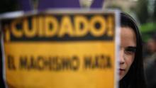 Según reveló la Oficina de la Mujer argentina, dependiente de la Corte Suprema de Justicia, el 60 % de los asesinatos tuvo lugar en el domicilio de la víctima y el 90 % de las mujeres asesinadas conocían a su feminicida -en el 66 % de las ocasiones la pareja de la mujer cometió el crimen-.