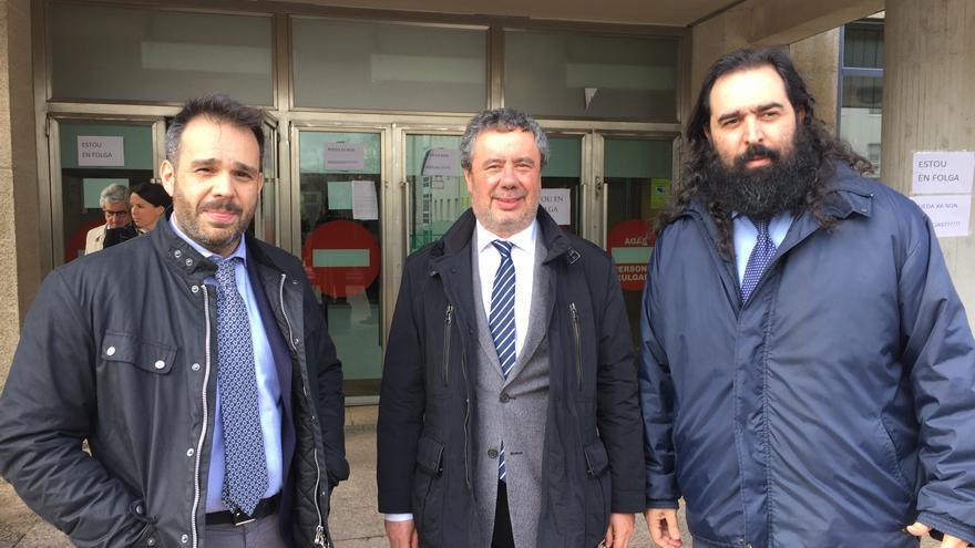 El abogado del maquinista del Alvia entre dos abogados de las víctimas este martes en Santiago