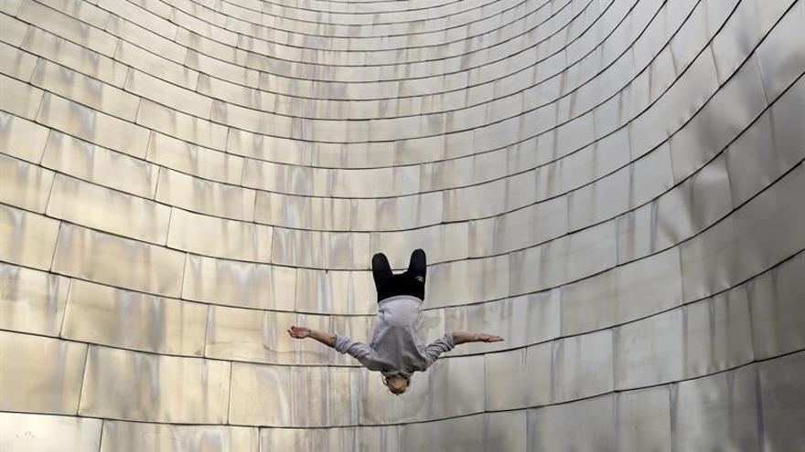 Acróbatas urbanos ruedan un corto con el Guggenheim Bilbao como escenario