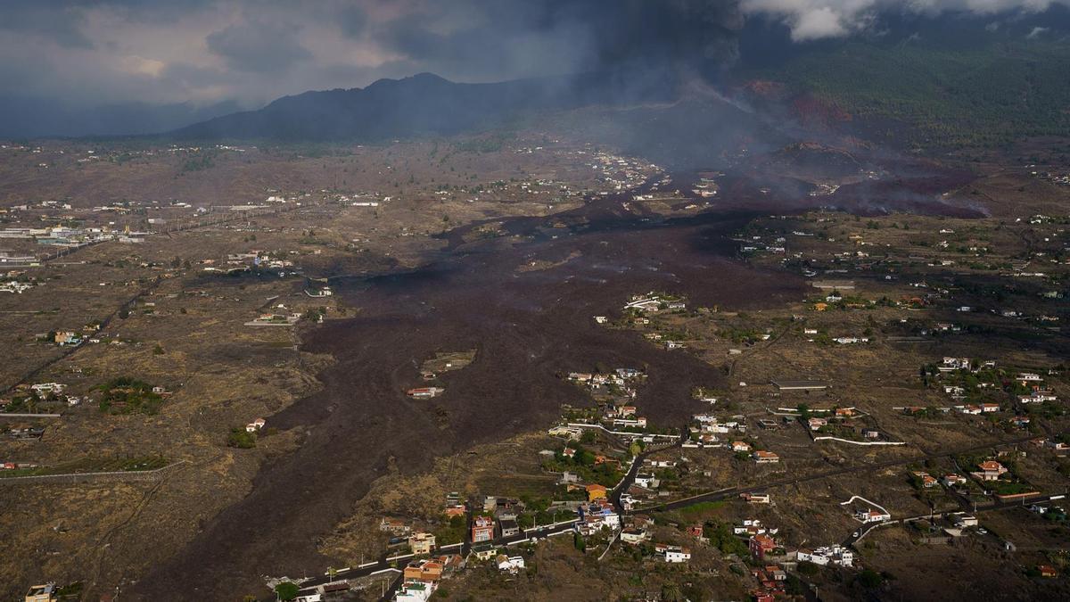 Vista tomada desde un helicóptero del volcán de la isla de La Palma en su quinto día de actividad. (EFE/ Ramón De La Rocha)