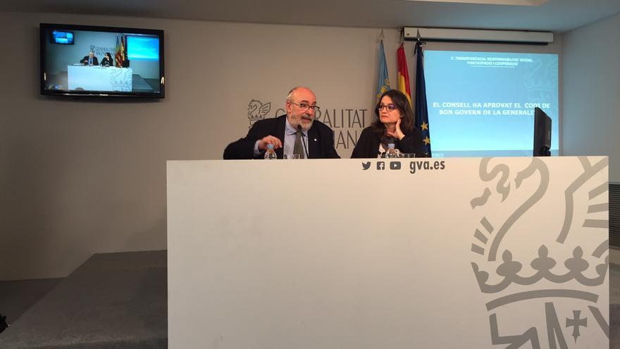 El Conseller de Transparencia, Manuel Alcáraz, y la vicepresidenta de la Generalitat, Mónica Oltra, tras la aprobación del Código de Buen Gobierno.