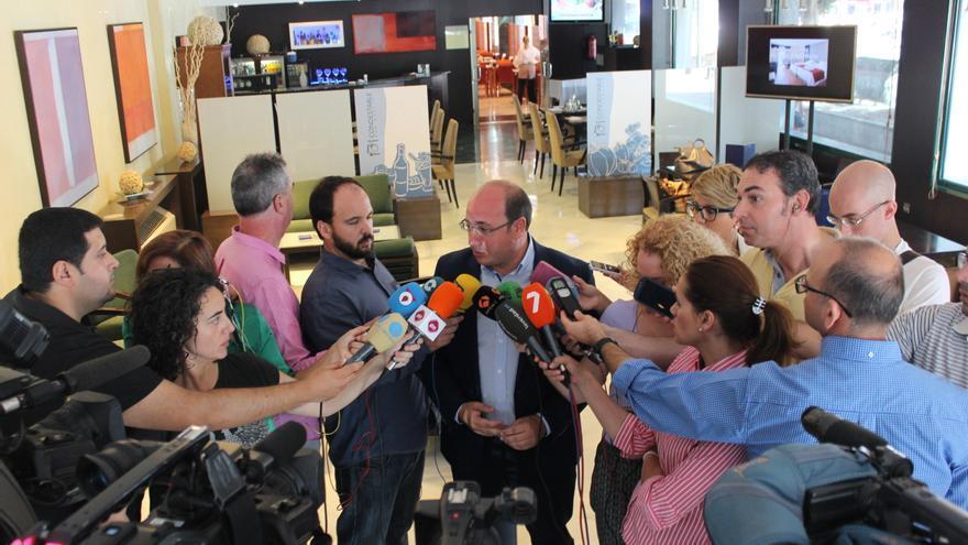 El candidato del PP a presidir la Región de Murcia, Pedro Antonio Sánchez, atiende a los medios tras su reunión con el socialista Tovar / PSS