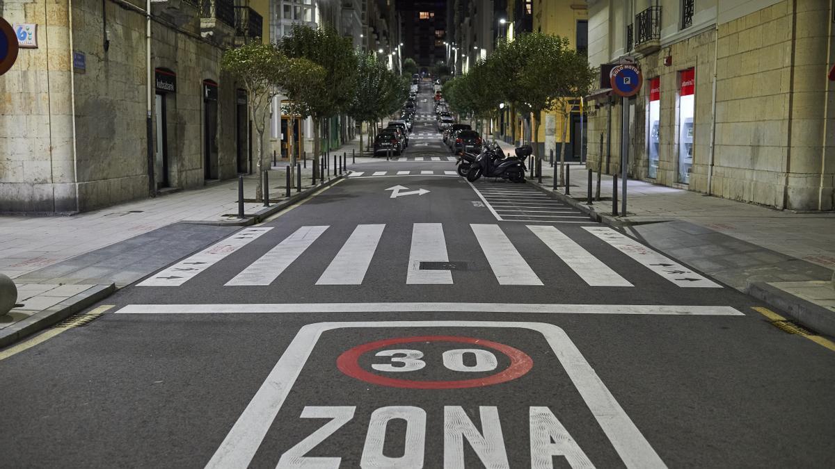 Calle de Santander vacía por el toque de queda.
