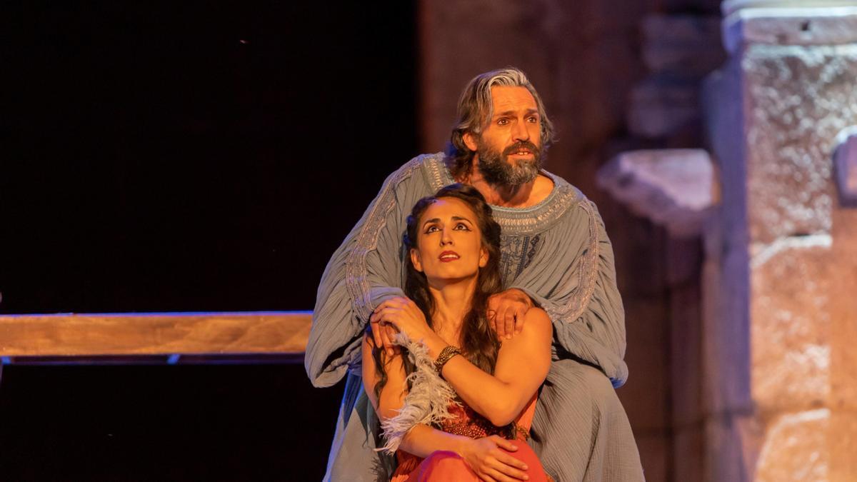 Los actores Paula Iwasaki y Alberto Iglesias en el Festival de Mérida. EFE/ Jero Morales