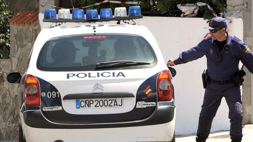 Dos policías rescatan a una mujer que cayó con su bebé a un pozo de 10 metros