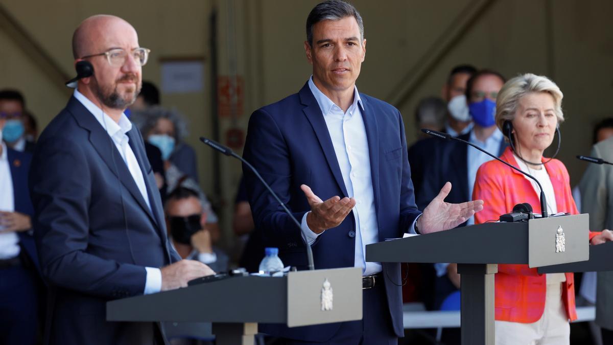 El presidente del Gobierno, Pedro Sánchez, la presidenta de la Comisión Europea, Ursula von der Leyen, y el presidente del Consejo Europeo, Charles Michel, durante una visita a la base de Torrejón de Ardoz.