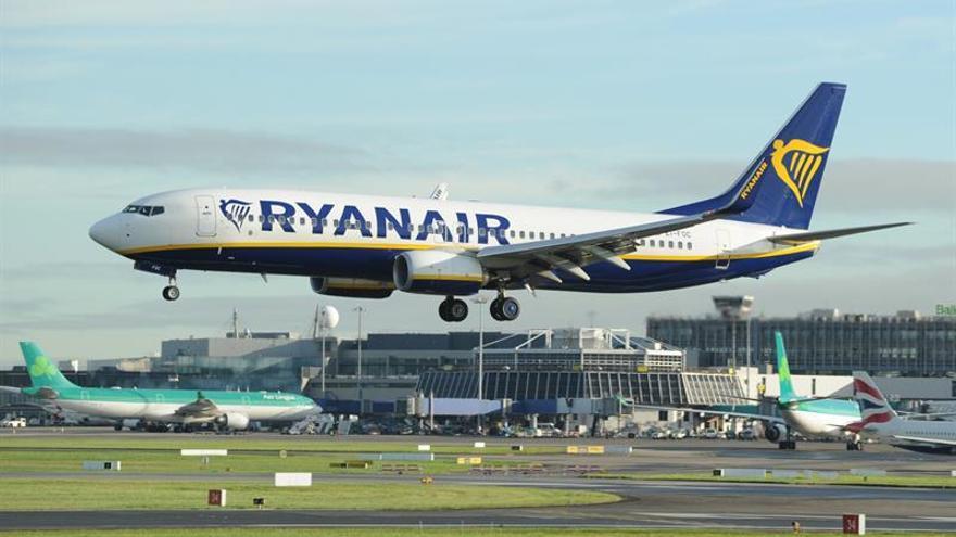 Ryanair intenta minimizar la huelga de sus tripulantes de cabina