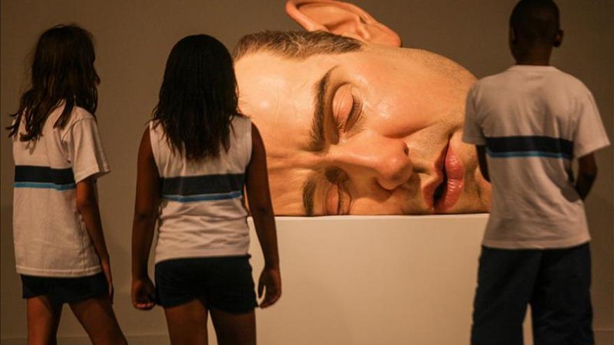 """El hiperrealismo """"solitario y deprimido"""" de Ron Mueck desembarca en Río"""