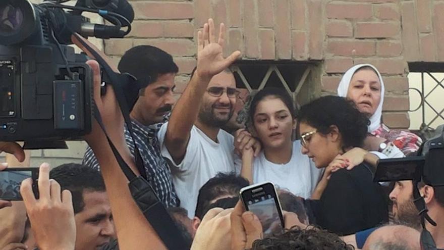 Alaa y Sanaa, con el uniforme de reos, junto a su hermana Mona, durante el funeral de su padre, el abogado y activista Ahmed Seif