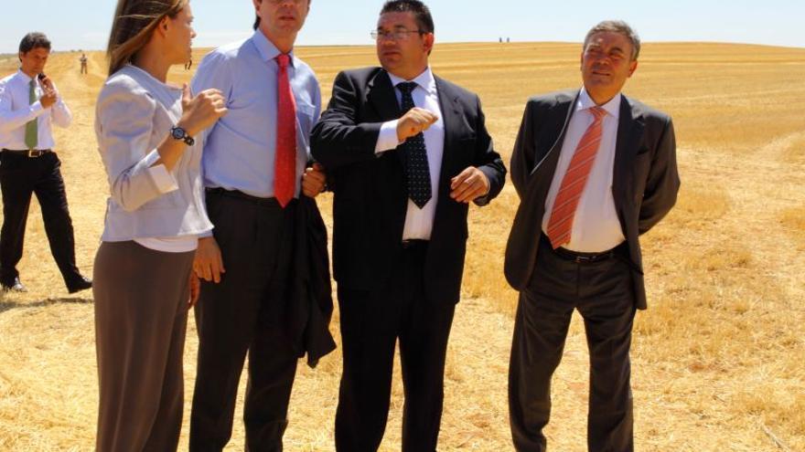 Cospedal, Soria y el presidente de Enresa Francisco Gil en el pueblo.