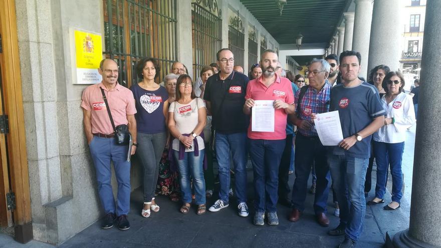 CCOO y UGT en la concentración y posterior entrega del documento en Toledo