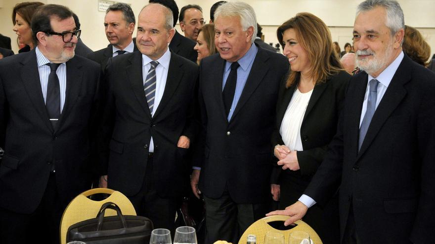 Felipe González posa junto a los expresidentes andaluces José Rodríguez de la Borbolla, Manuel Chaves, José Antonio Griñán, y Susana Díaz en abril de 2014 / Foto: EFE