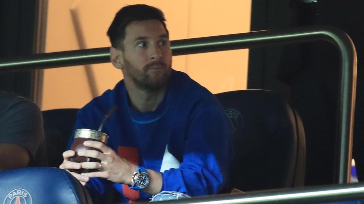 Messi mira desde las gradas el partido contra Montpellier