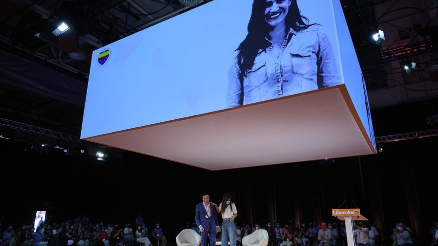 El director de 'El Español', Pedro J. Ramírez (i), y la vicealcaldesa de Madrid, Begoña Villacís (d), en el evento 'El centro necesario. El valor de ser liberal', durante la primera jornada de la convención política de Ciudadanos (Cs)