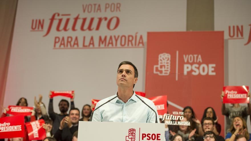 """Pedro Sánchez dice que Podemos y C's han """"renunciado"""" a ganar al PP y por eso """"están en dañar"""" al PSOE"""