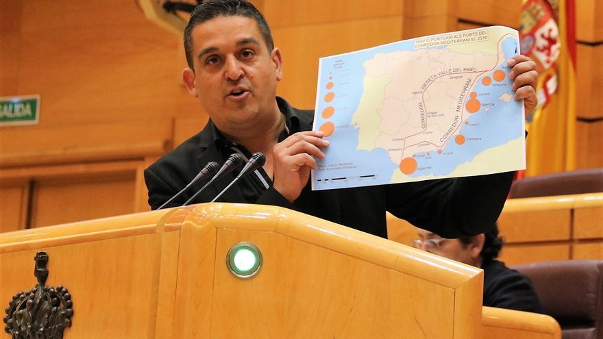 El senador de Compromís, Carles Mulet, muestra un plano con el trazado del Corredor Mediterráneo