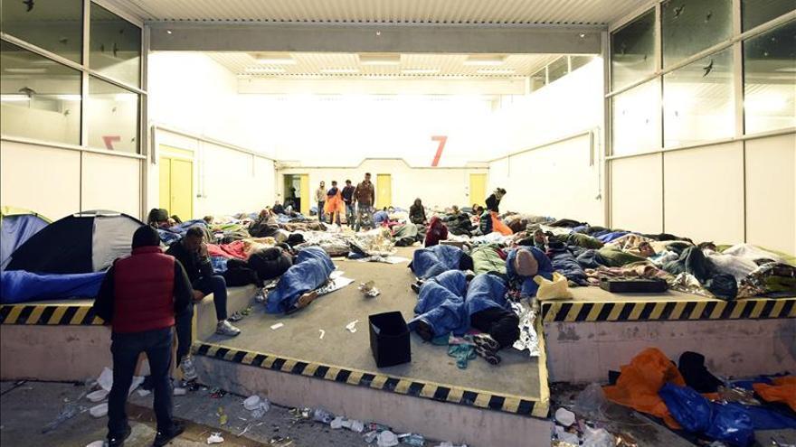 Refugiados que cruzaron la frontera desde Hungría duermen en refugios improvisados y carpas en la madrugada en la madrugada del jueves, 10 de septiembre de 2015, en Nickelsdorf (Austria). / Efe.