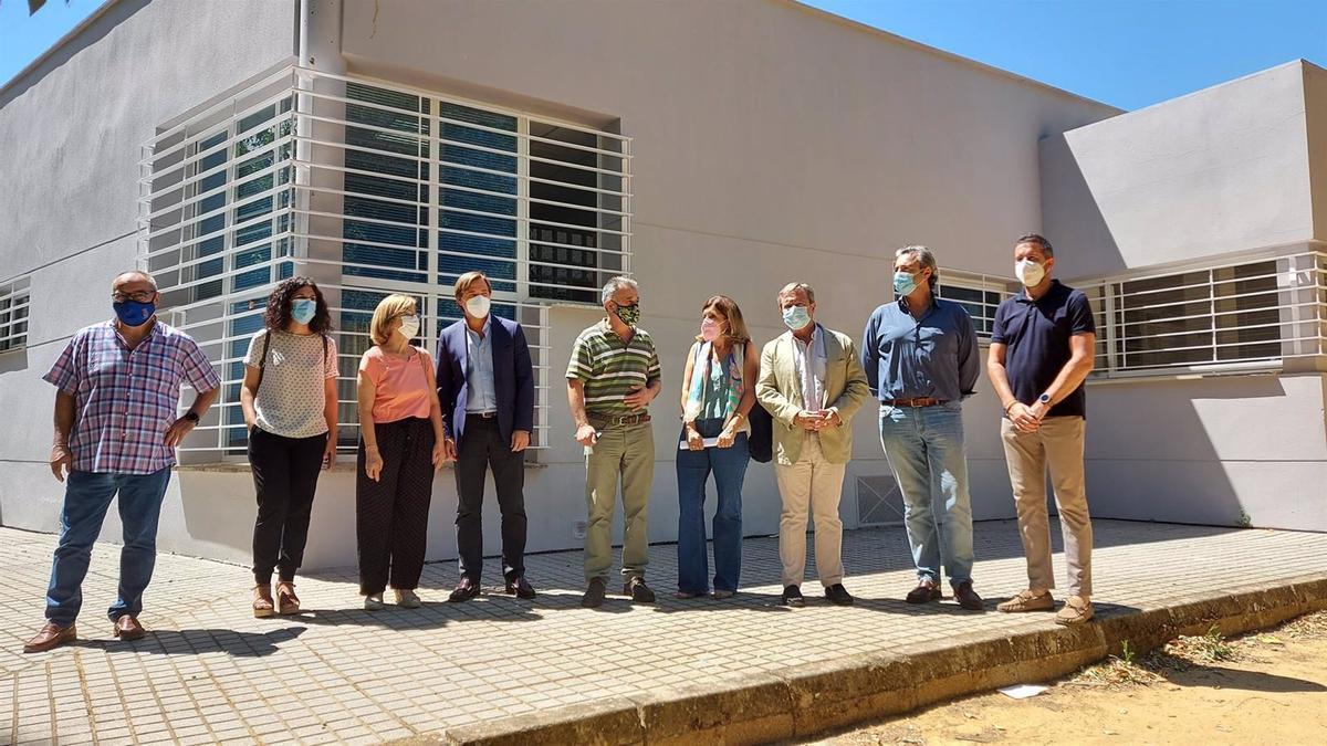 Repullo y Botella con autoridades municipales en la visita al Centro de Salud de Villa del Río.