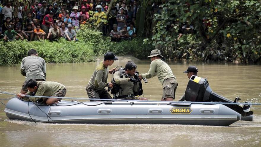Mueren nueve personas en el naufragio de un barco en un río de Indonesia