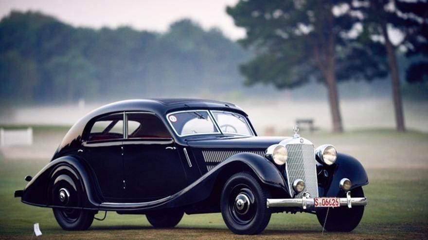 Un modelo de coche clásico de lujo utilizado en una carrera de Sevilla