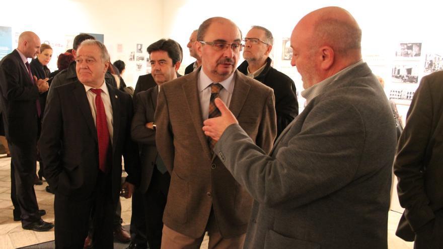 Miguel Gracia, Luis Felipe y Javier Lambán, en la inauguración de 'Orwell toma café en Huesca'.