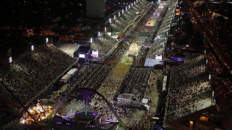 Visión general del Sambódromo de Río de Janeiro, en la avenida Marquês de Sapucaí, durante el desfile de la Estação Primeira de Mangueira