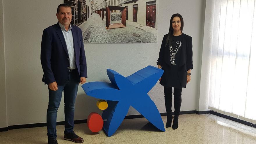 Juanjo Cabrera, alcalde de Santa Cruz de La Palma, y Laura García Yanes, directora de área de negocio de CaixaBank en La Palma y El Hierro.