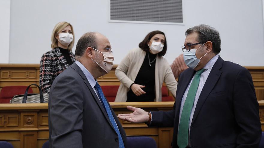 """Castilla-La Mancha reconoce que no puede poner las 15.000 vacunas diarias previstas: """"¿Pretenden que García-Page las fabrique?"""""""