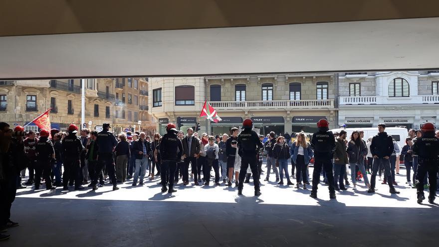 Unas 300 personas se concentran en el exterior del Kursaal para protestar por el mitin de Abascal