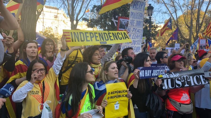 Participantes en la manifestación por la autodeterminación de Catalunya de este sábado en Madrid