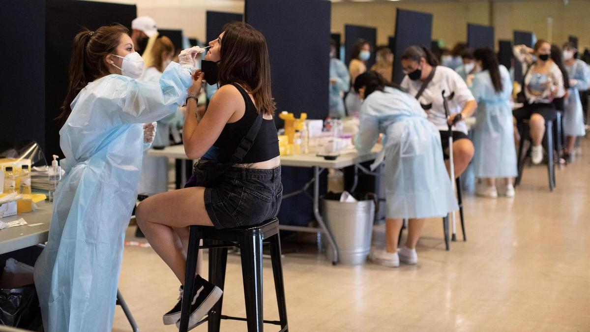 Asistentes al Festival Cruïlla sometiéndose a una prueba de antígenos para acceder al recinto, el pasado 9 de julio en Barcelona.