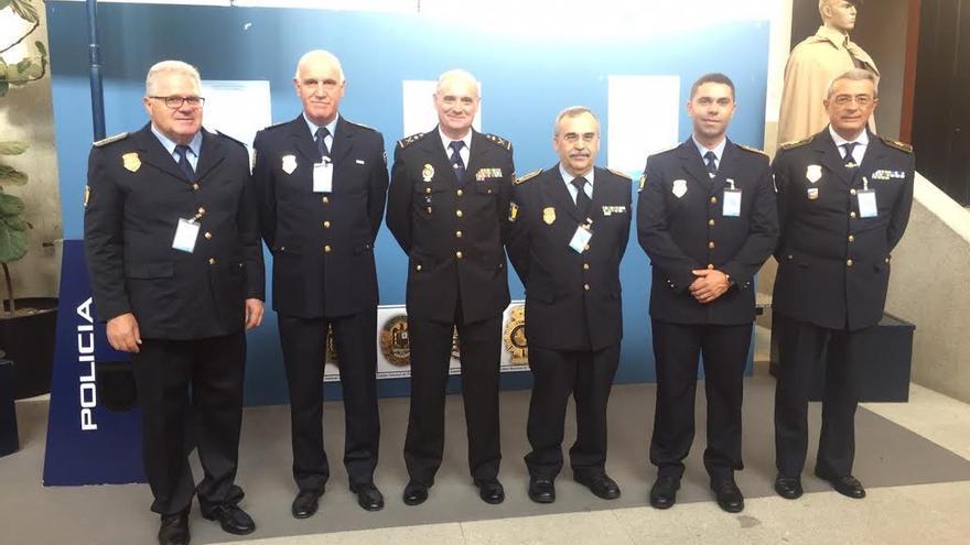 Eduardo Pérez (izquierda) junto al jefe superior de Policía de Canarias y los jefes de la Policía Local de Las Palmas de Gran Canaria, Telde, Puerto de la Cruz y San Bartolomé de Tirajana.