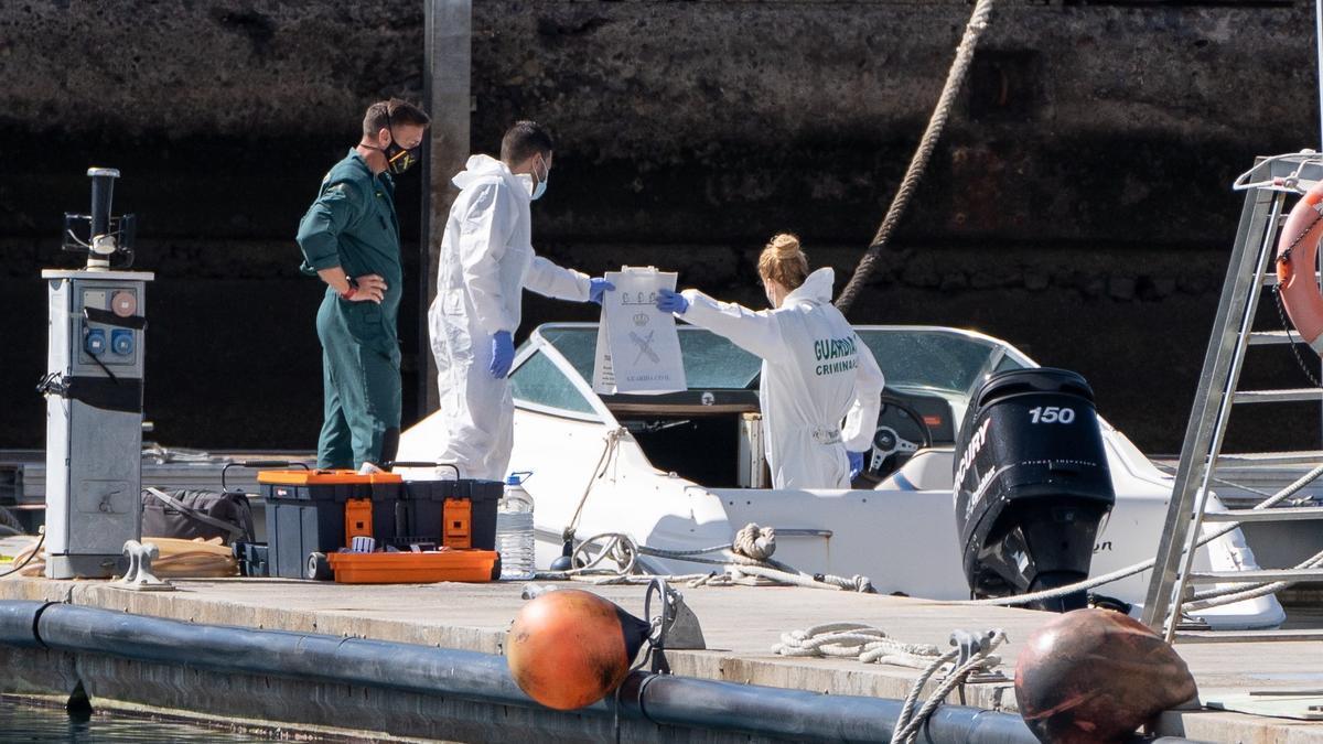 La Policía Científica analiza una embarcación en la base de la Guardia Civil de la dársena pesquera de Santa Cruz de Tenerife,este jueves. EFE/Ramón de la Rocha