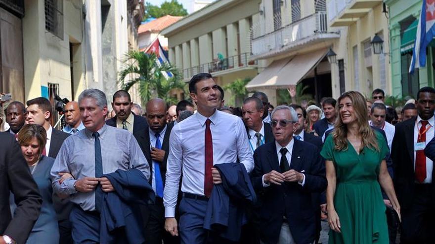 Pedro Sánchez se quita la chaqueta y saluda por La Habana Vieja a los cubanos