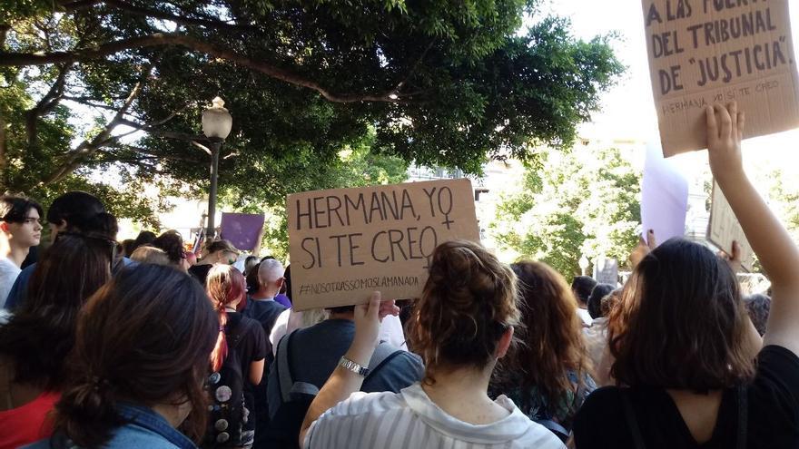 Manifestación en Santa Cruz de Tenerife para mostrar el rechazo a la decisión de los jueces de la Audiencia de Navarra que deja en libertad a los cinco miembros de 'la manada'.