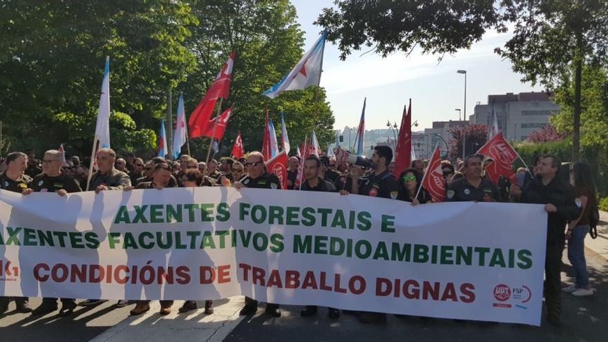 Manifestación en Santiago de agentes forestales reclamando mejores condiciones laborales