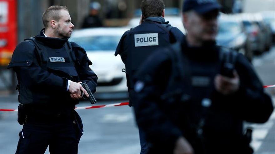 Francia arma a su policía con fusiles de asalto contra ataques terroristas
