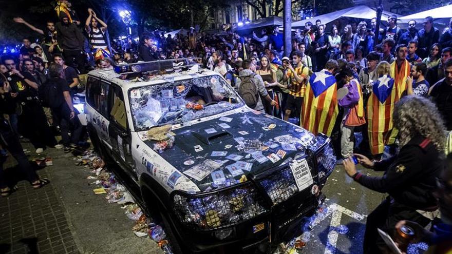 Aspecto de uno de los coches de la Guardia Civil que realizaban un registro con motivo del 1-O en la sede de la consellería de Economía de la Generalitat.