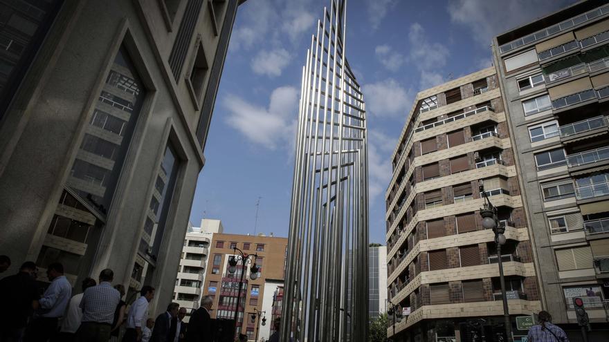 La escultura de Andreu Alfaro en el chaflán situado entre la calle Jorge Juan y Colón